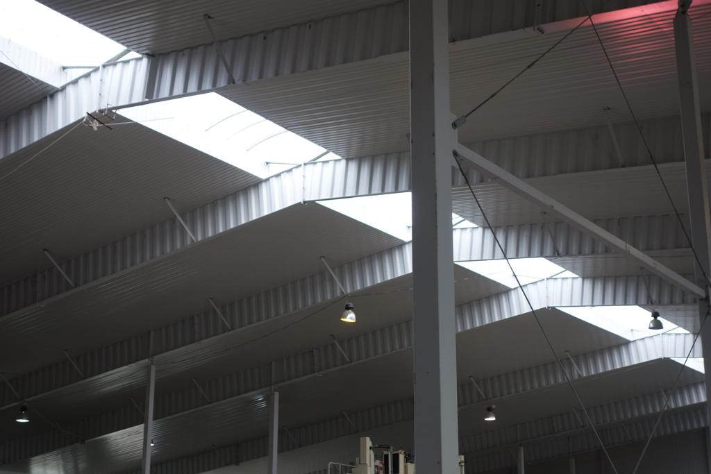 """Быстровозводимое здание завода автоклавного газобетона """"AeroBlok"""". Вид на световой фанарь."""